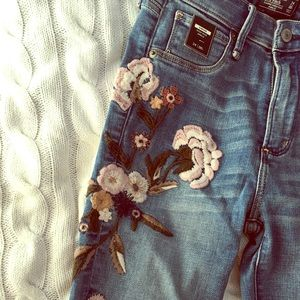 NWT Abercrombie and Fitch embroidered jeans